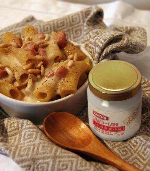Pasta al forno gratinata con besciamella all'Estratto Liebig, prosciutto cotto e pinoli tostati