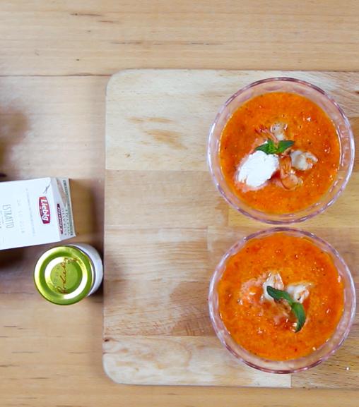 Gazpacho di peperoni con formaggio cremoso, menta e acciughe