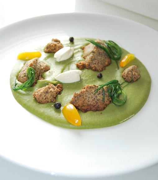 Macchia mediterranea: crumble salato con Estratto Liebig su vellutata di fave e spinaci