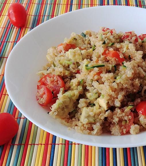 Insalata di quinoa con avocado, zucchine e pomodorini